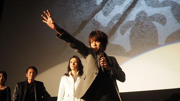 当時19歳、本作でデビューした浦井は、壇上に居並ぶ他のグロンギたちを前に「すごいですねこの並び!怖い!(笑)」とのっけからハイテンション。
